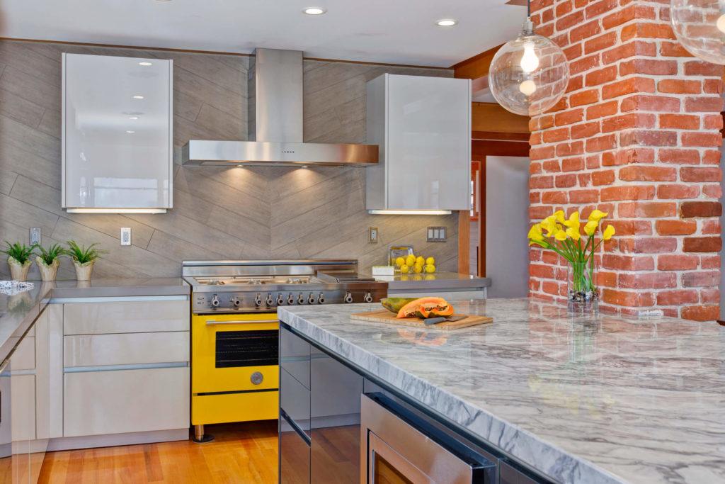 Фото угловой кухни с подсветкой под верхними навесными шкафами