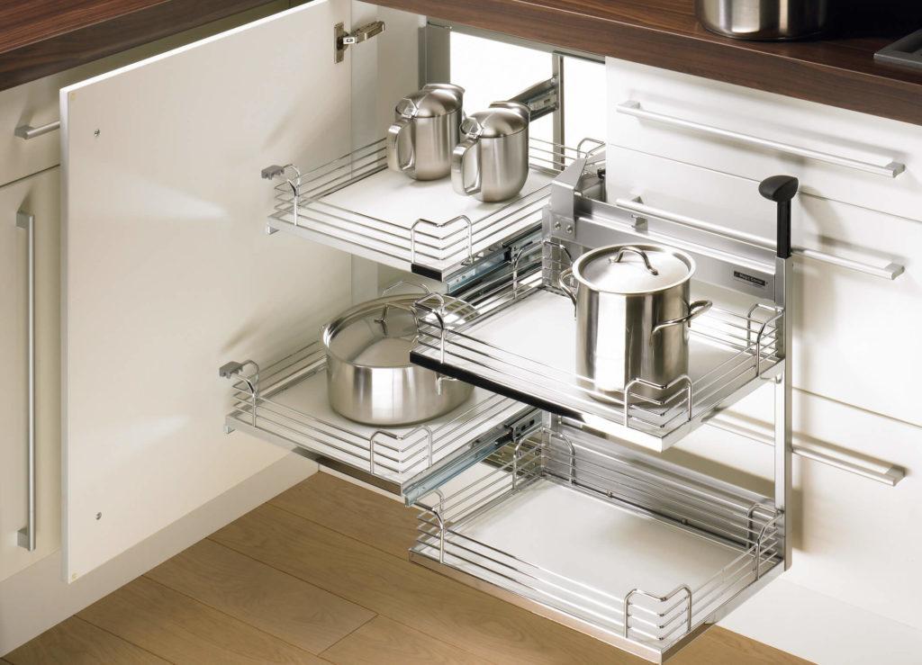 Угловая кухонная тумба с выдвижной системой для хранения посуды