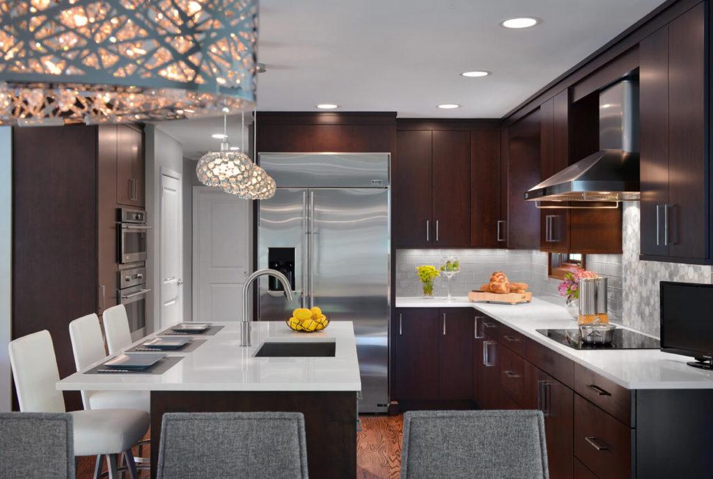 Строгий интерьер угловой кухни