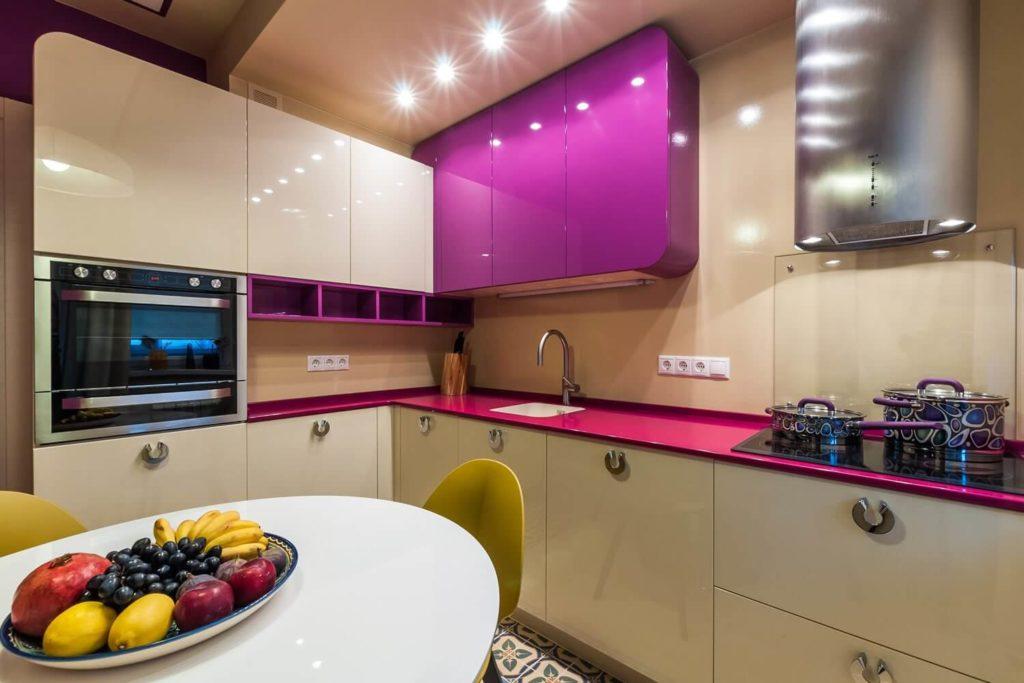 Фото современной угловой кухни с глянцевыми фасадами