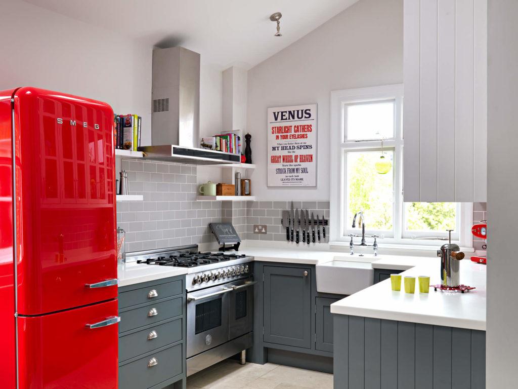 Интерьер маленькой кухни с угловым гарнитуром П-образной формы