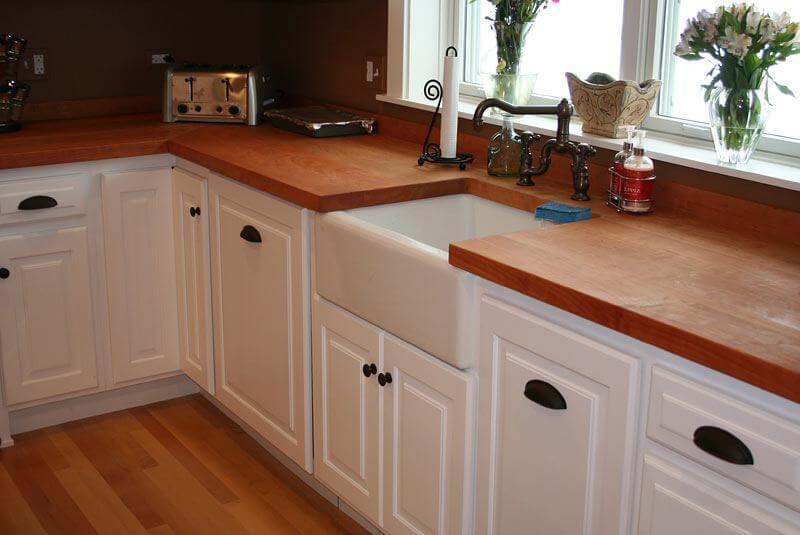 Угловой кухонный гарнитур со столешницей из натурального дерева