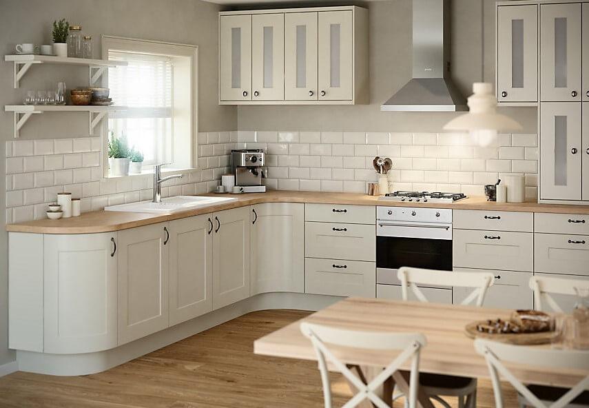 Кухонный гарнитур с закрытым цоколем
