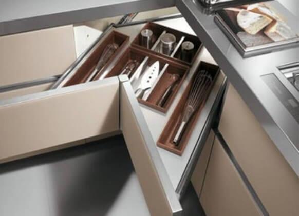 Фото углового выдвижного ящика для хранения столовых приборов