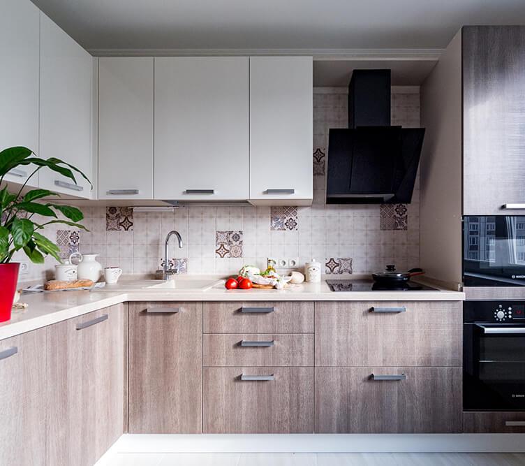 Угловой кухонный гарнитур с каменной столешницей