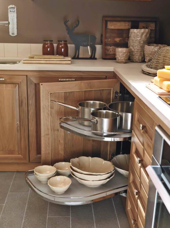 Фото выдвижной системы хранения посуды для угловой кухонной тумбы