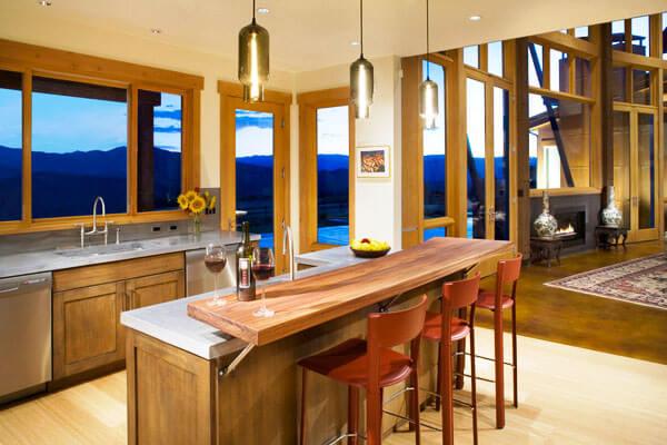 Интерьер кухни с островом с барной стойкой
