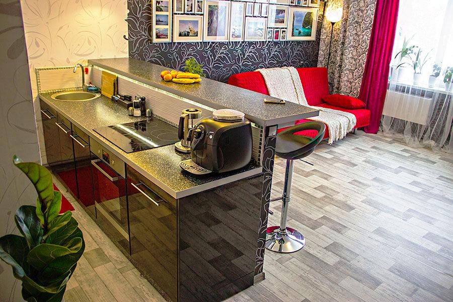 Кухонный остров с барной стойкой в интерьере студии