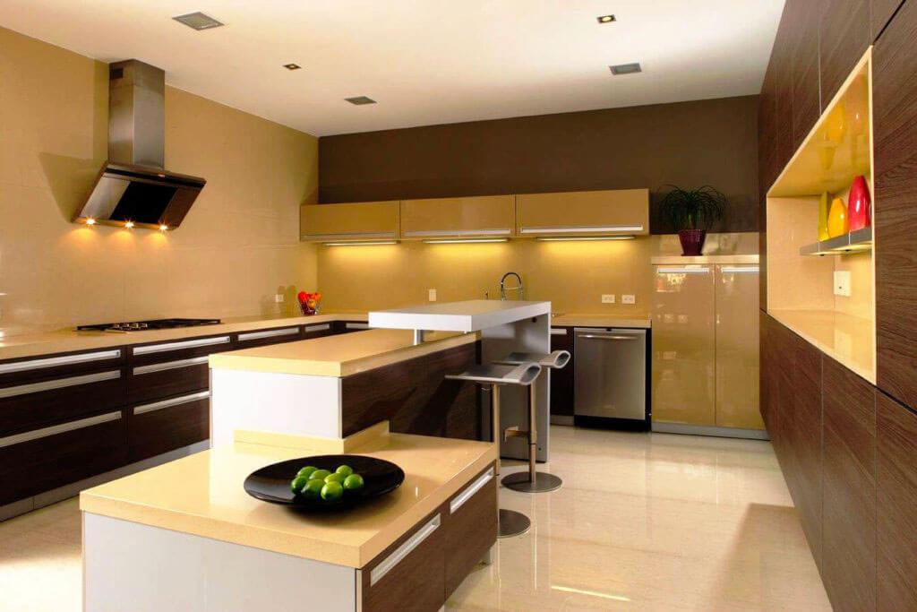 Интерьер кухни в современном стиле с островом с барной стойкой