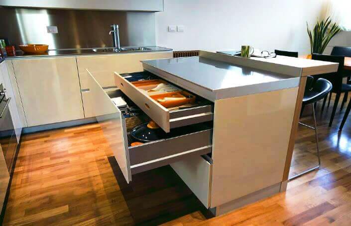 Кухонный остров с барной стойкой оснащенный выдвижными ящиками