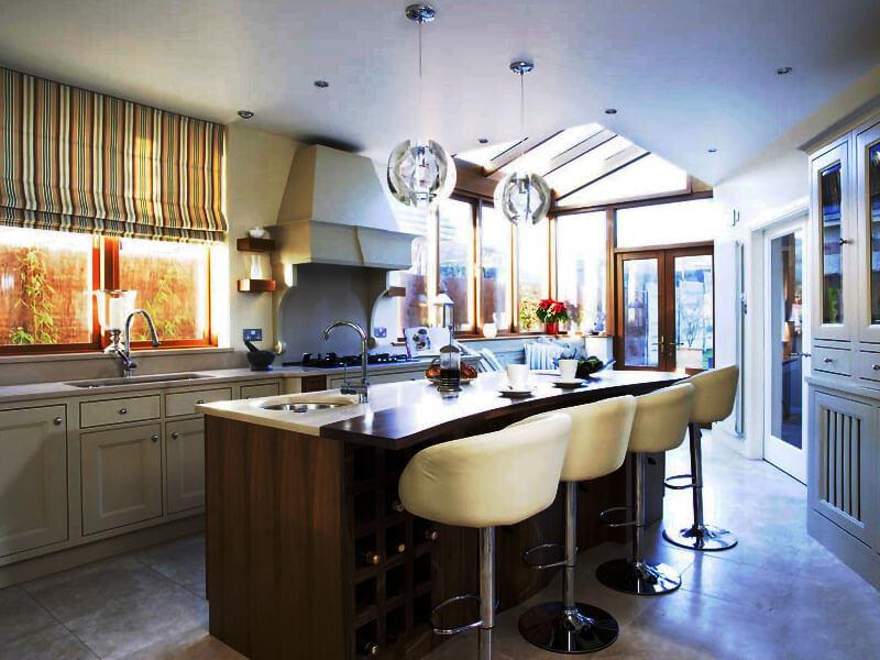 Кухня с барной стойкой совмещенной с кухонным островом