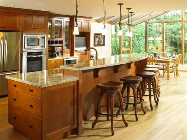 Большой кухонный остров с каменной столешницей и барной стойкой