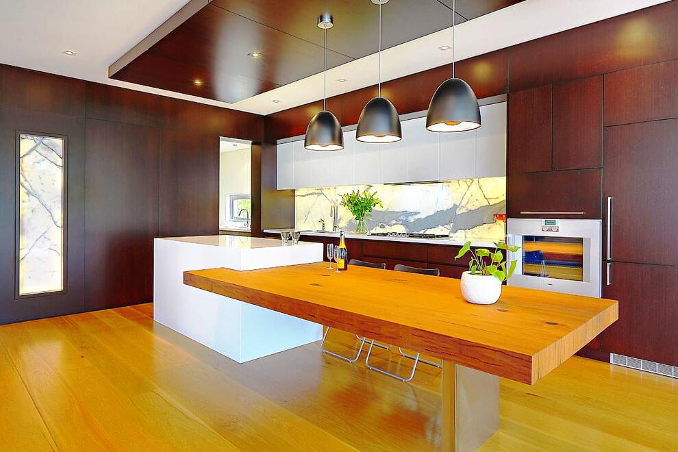Фото кухонного острова с большим обеденным столом