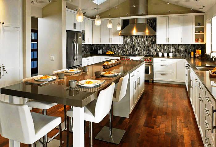 Кухонный остров с большим обеденным столом с каменной столешницей