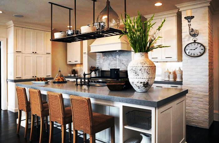 Кухонный остров совмещающий зону для готовки и обеденный стол