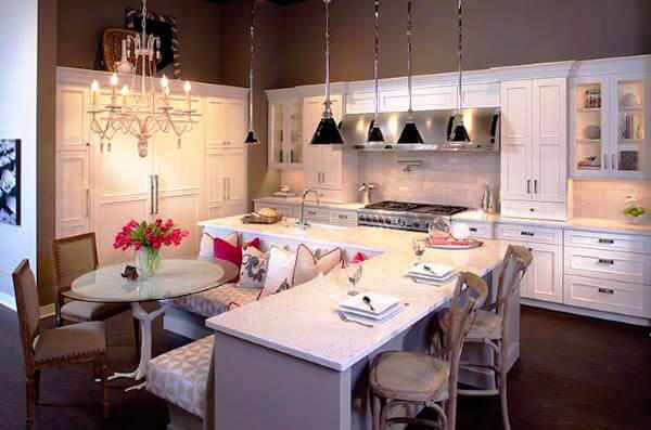 Угловой кухонный остров со встроенным мягким кухонным уголком