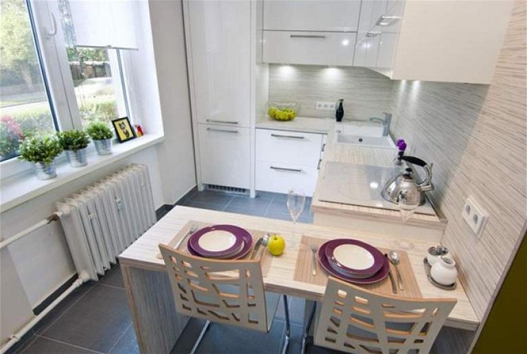 Фото удачного размещение элементов рабочего треугольника на тесной угловой кухне