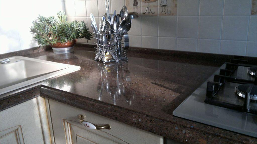 Каменная кухонная столешница