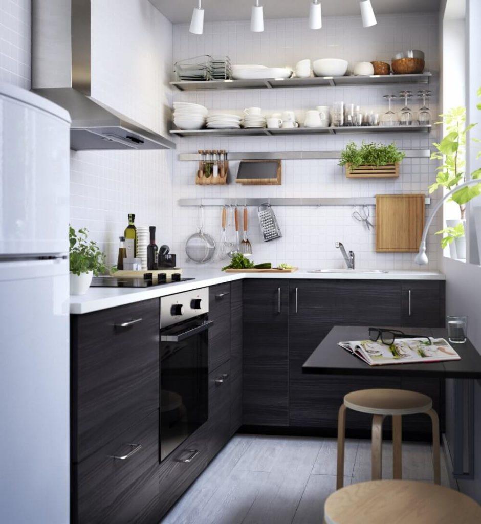 Интерьер маленькой узкой кухни с угловым гарнитуром