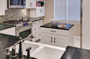 Фото планировки маленькой кухни с кухонным островом в интерьере