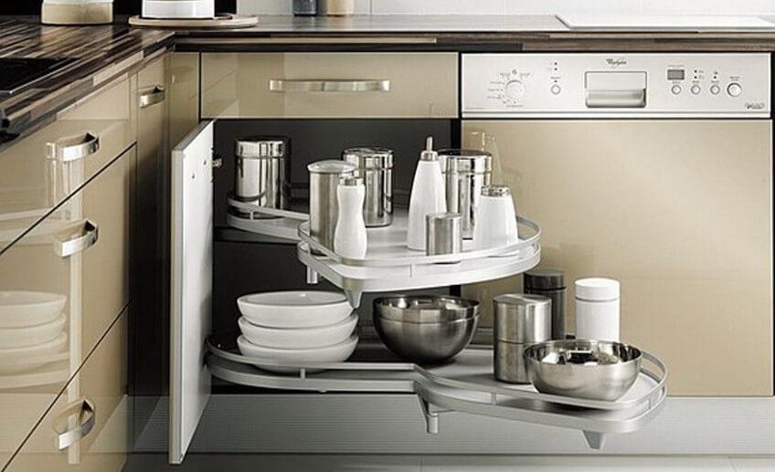 Фото выдвижной системы хранения установленной в угловой кухонной тумбе