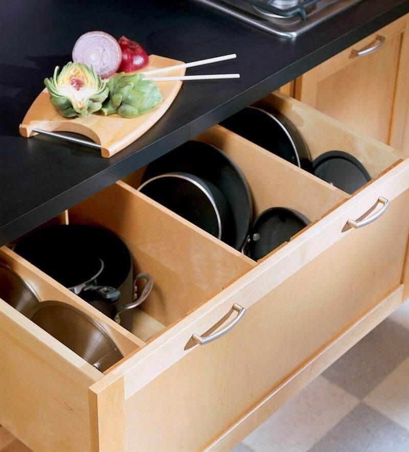Деревянный выдвижной ящик с отсеками для посуды
