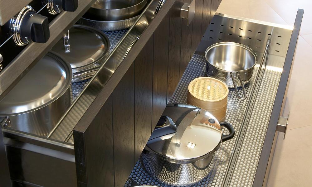 Выдвижной ящик кухонной тумбы для посуды