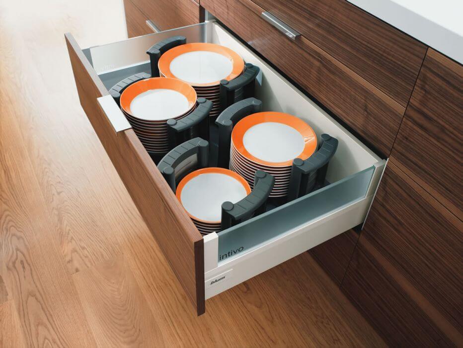 Фото выдвижного ящика с тарелками