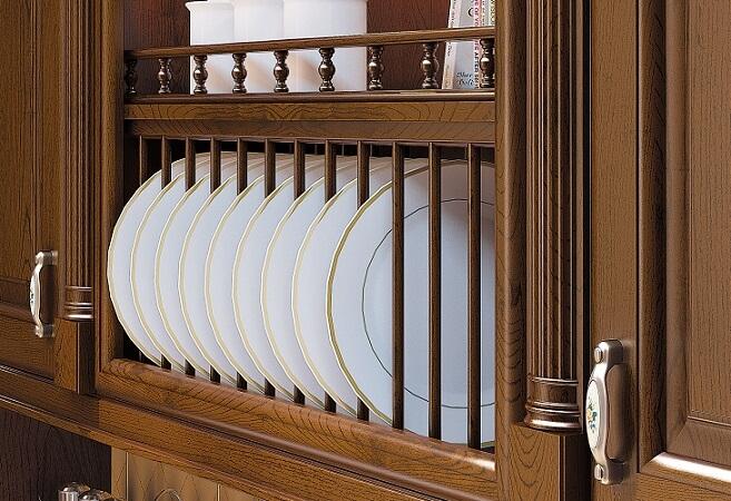 Фото подвесного кухонного шкафа из дерева с открытой сушилкой для посуды