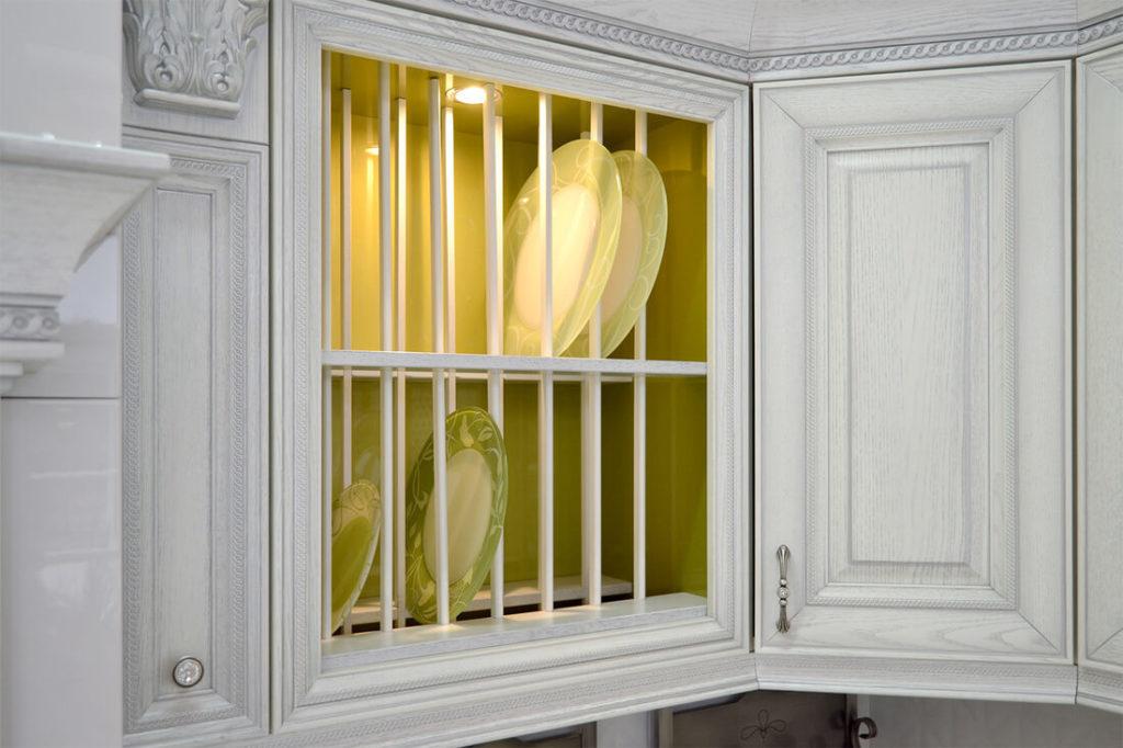 Навесной кухонный шкаф в классическом стиле с открытым фасадом с отсеками под тарелки