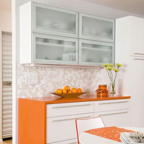 Кухонный шкаф под посуду со стеклянными фасадами