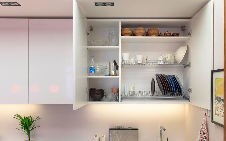 Навесной кухонный шкаф для посуды