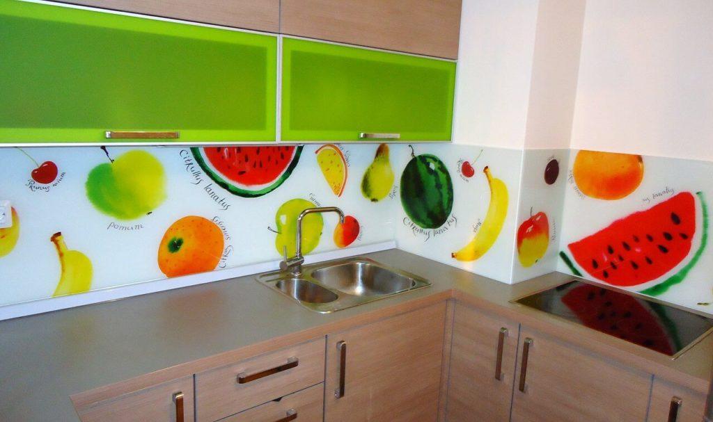 Кухонный фартук из пластика монтированный клеевым способом