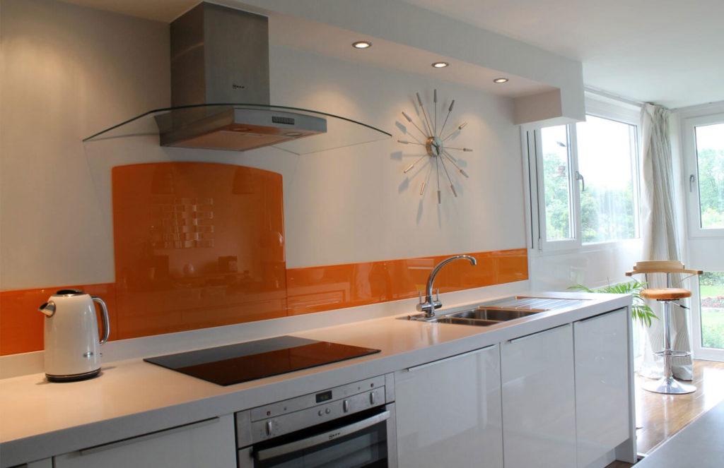 Кухня с отделкой рабочей стенки поликарбонатом