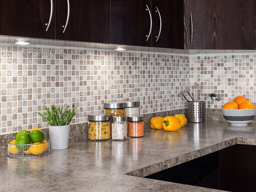 Фото кухонной рабочей стенки отделанной пластиковыми ПВХ панелями