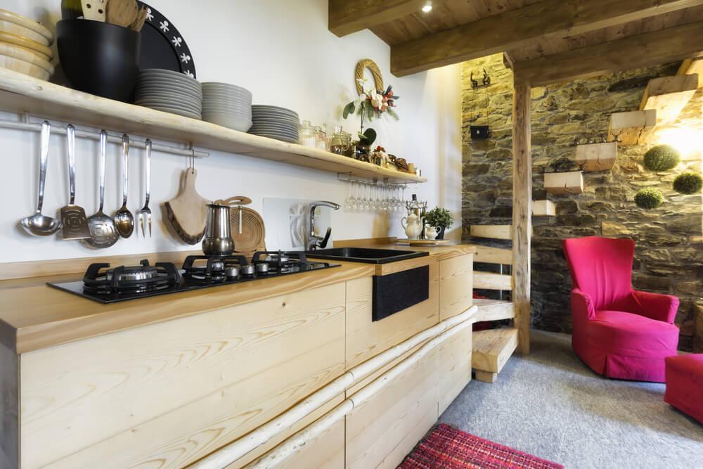 Прямой кухонный гарнитур с деревянными фасадами
