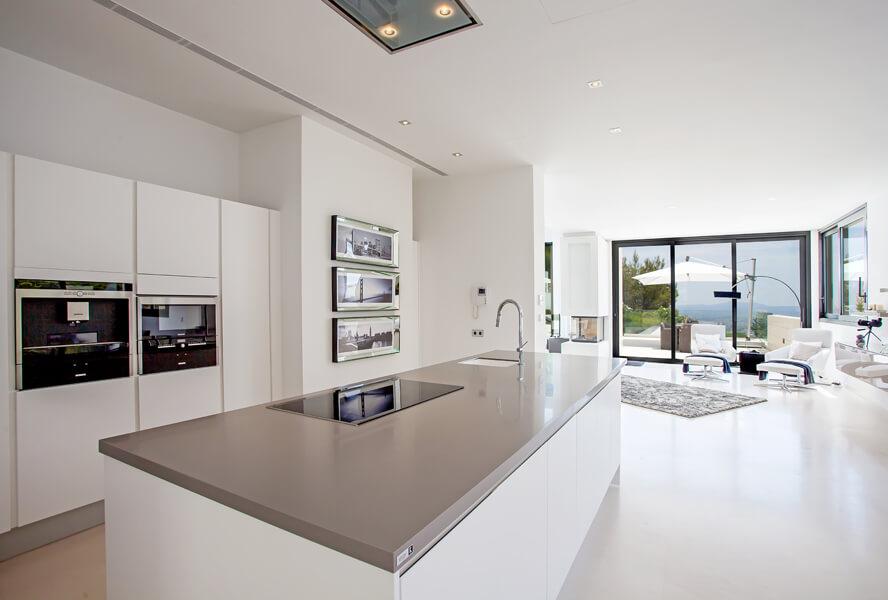Прямая встроенная кухня дополненная кухонным островом