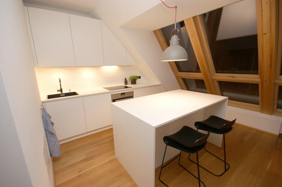 Фото прямого кухонного гарнитура на кухне на мансарде