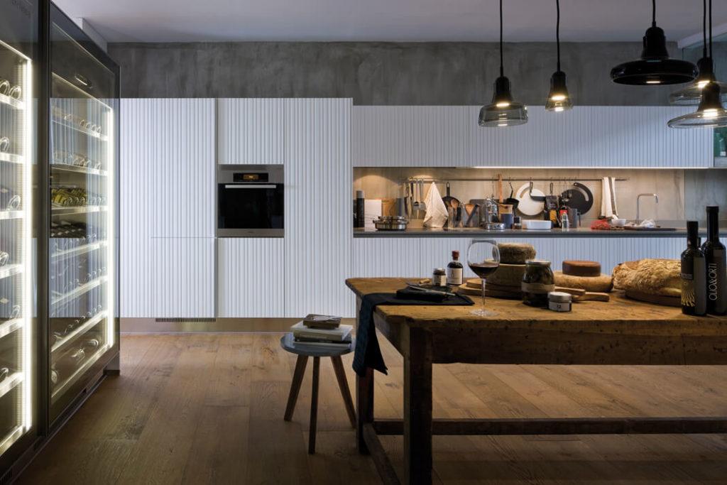 Необычный дизайн кухни прямой планировки