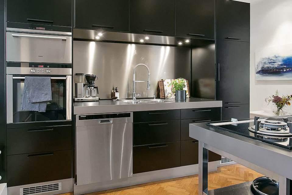 Фото современной кухни прямой планировки с пеналом