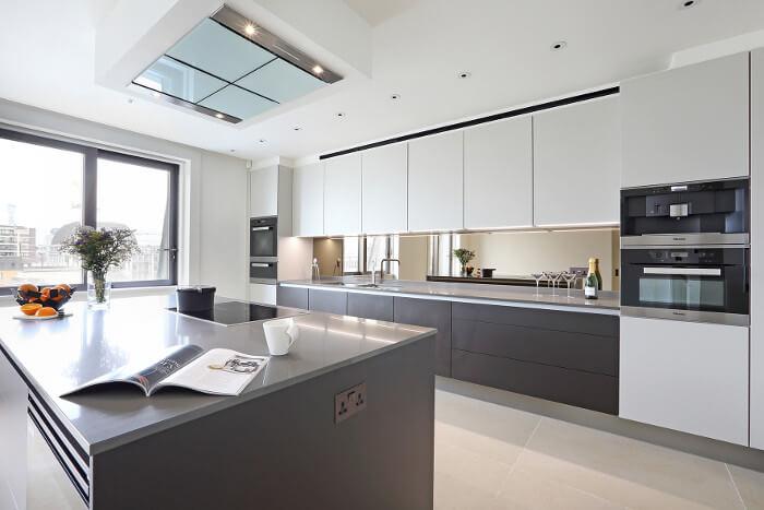 Фото интерьера кухни с линейным гарнитуром