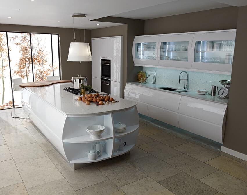 Двулинейная кухня с радиусными фасадами и длинным кухонным островом в интерьере