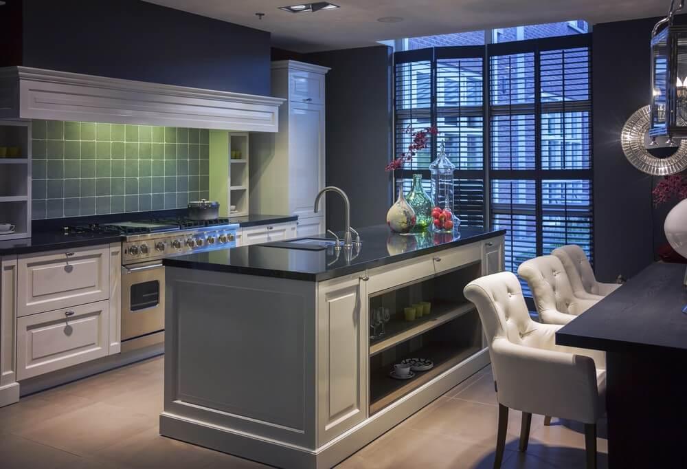 Кухня в классическом стиле с крашенным фасадом