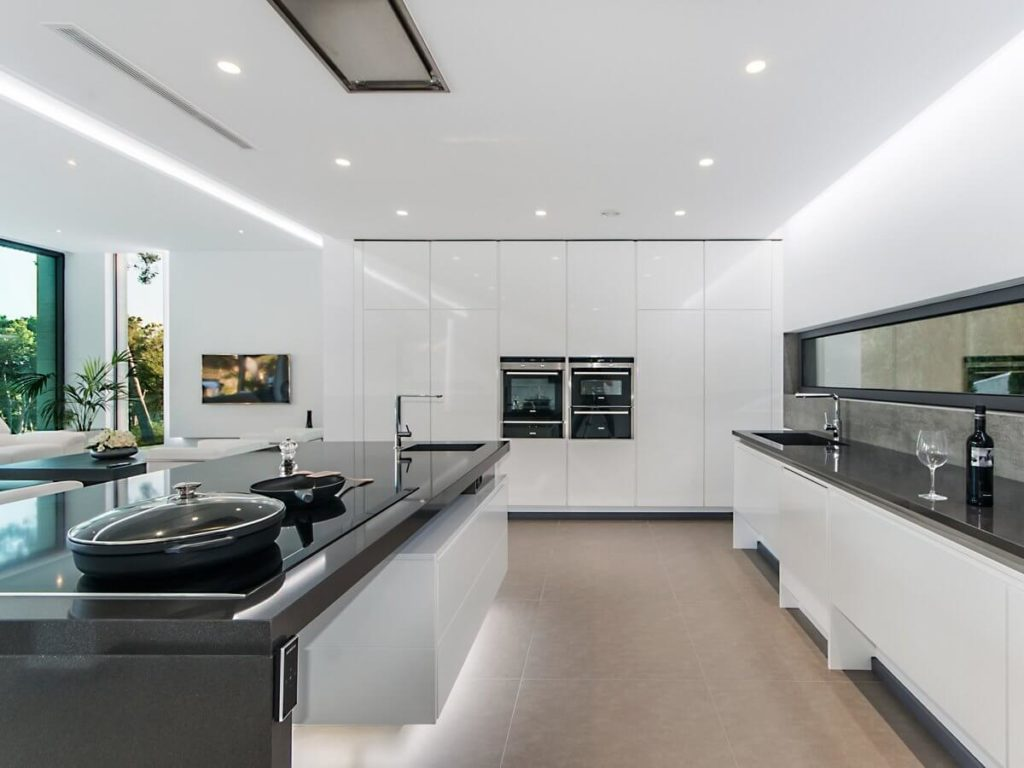 Фото светлой двулинейной кухни с контрастными темными столешницами