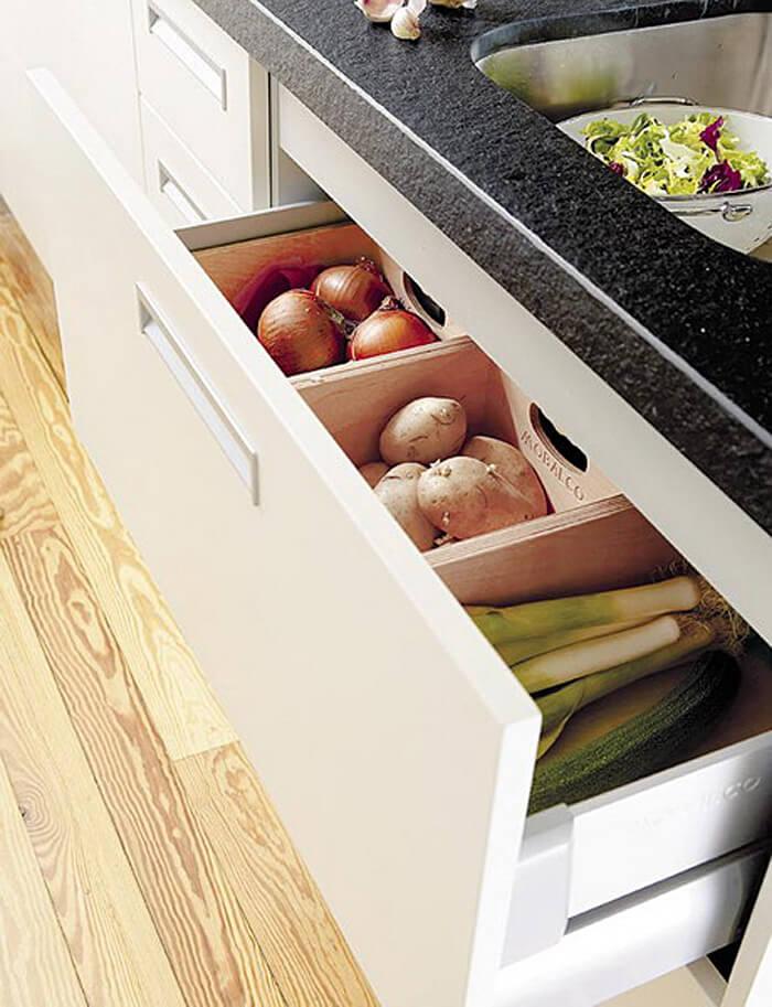 Выдвижной кухонный ящик с отсеками под овощи и фрукты