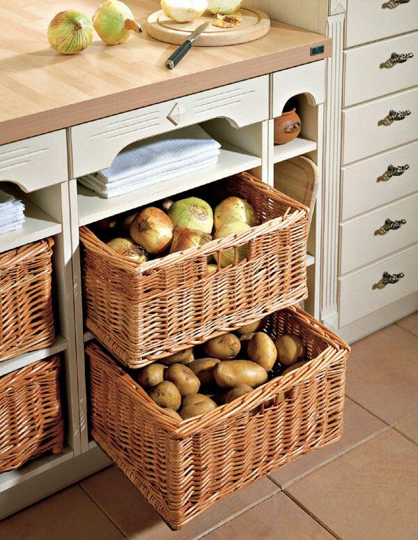 Плетеные корзины под овощи встроенные в кухонную тумбу