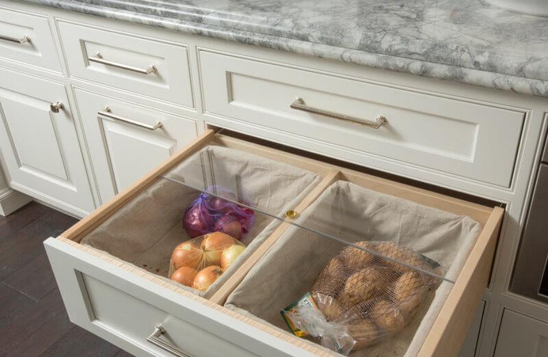 Выдвижной ящик кухонной тумбы со специально оборудованными отсеками под овощи