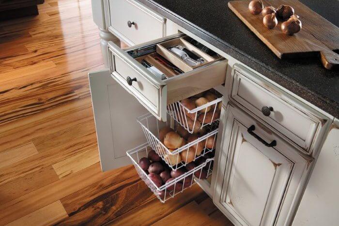 Выдвижная система хранения овощей на кухне