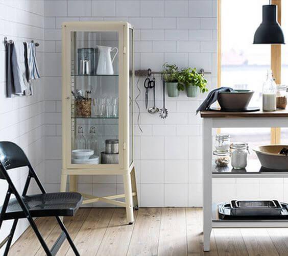 Прозрачный стеклянный шкаф для посуды на кухне в стиле Лофт