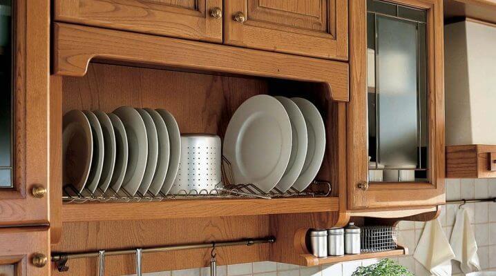 Фото деревянного шкафа для посуды с открытым фасадом с сеткой для тарелок